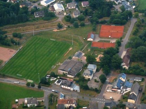 Schule und Sportgelände